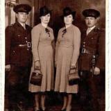 U FOTO 35 Doua doamne si doi militari cu stilet regalist-sepia -antebelica