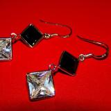 Cercei lungi din argint 925 cu pietre doua cristale in forma de romb in combinatia de culori alb cu negru - Cercei argint