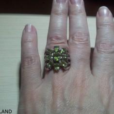 SUPERB inel de argint 925 placat cu aur alb de 14 K, cu 9 pietre de peridot fatetat, D=16, 10 mm (USA 5, 5, EU 50, 25) - Inel argint