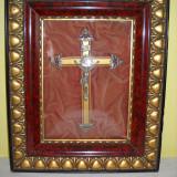 Crucifix in rama de lemn cu sticla bombata