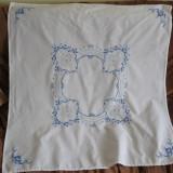 Fata de masa cu flori albastre brodate manual 80 x 80 cm