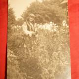 Fotografie - Tanara in costum popular -in gradina, interbelica