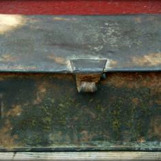 AuX: CUTIE metalica de colectie cu capac si initialele M.A.V. Caile Ferate Ungare, posibil scrumiera tip CFR, are 4 urechiuse pentru fixare cu curele!