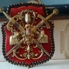Metal/Fonta, Ornamentale - REDUCERE PANOPLIE DECORATIVA PE POSTAMENT DIN CARTON INVELIT IN CATIFEA CU DOUA PUMNALE SI CAVALERI MEDIEVALI
