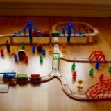 Trenulet de jucarie, Lemn, Unisex - Traseu 100 piese lemn cu 2 locomotive cu cate 2 vagoane, 5 poduri de culori diferite, cladiri, oameni, semnale, pomi - Thomas, BRIO compatibil - NOU