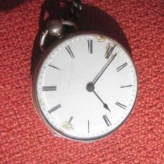 Ceas de buzunar - Ceas vechi buzunar barbat cu chei spate, carcasa argint gravat, perioada 1800
