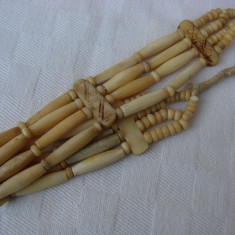 Frumos colier din os