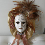 Superba masca de portelan, lucrata manual, pene cromatica deosebita, de colectie.
