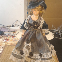Papusa de colectie porcelan cu rochie cu spite