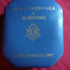 Cutie 7, 5x6, 3 cm - pt. Moneda a BNR la 1 Dec. 1991, piele si catifea, D.inter.=3