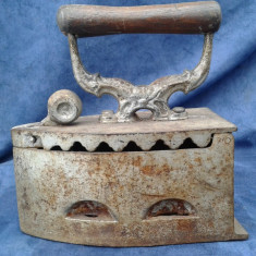 Metal/Fonta - Vechi fier de calcat