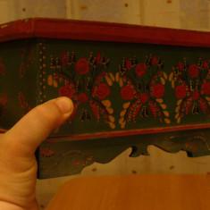 Cufar, cutie pictata manual, pe lemn, rustica, imagini florale, adusa din Germania