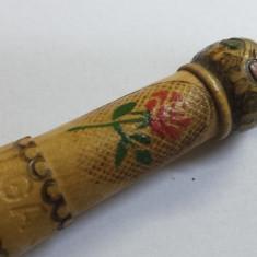 Vechi suport etui Sticla Parfum sculptat pirogravat si pictat manual din lemn - Sticla de parfum