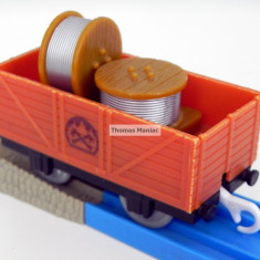 TOMY - Thomas and Friends - TrackMaster - Vagon maro incarcat cu role de sarma - Trenulet de jucarie Tomy, Plastic, Unisex