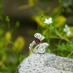 Inel handmade cu o piatră de granat fațetat